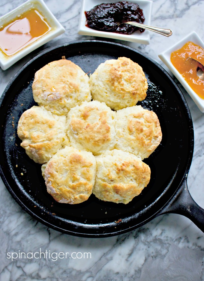 Southern Fluffy Biscuits from Spinach TIger #biscuits #southernfood
